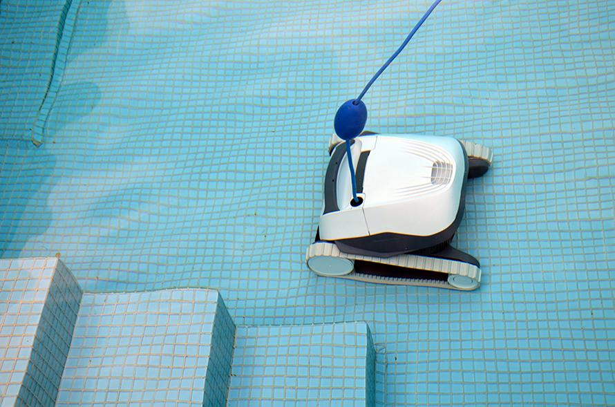 Dolphin E10 čistí dno bazénu